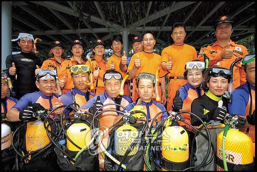 민관 합동의 해양구조단 [연합뉴스 자료사진]