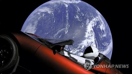 스페이스X의 팰컨 헤비 로켓, 테슬라 전기차 싣고 우주로