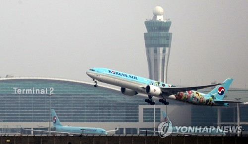 인천공항 제2여객터미널 이륙하는 대한항공 항공기