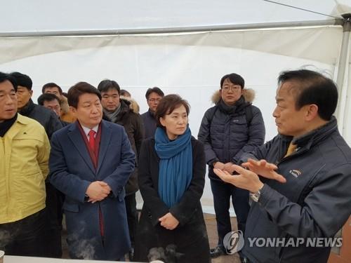 운문댐 가뭄상황 청취하는 김현미 장관 [연합뉴스 자료사진]