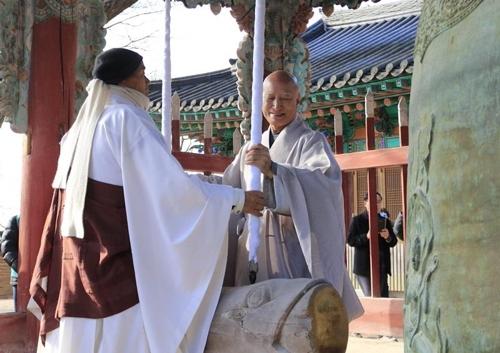 지난 1일 수덕사에서 열린 새해맞이 타종법회