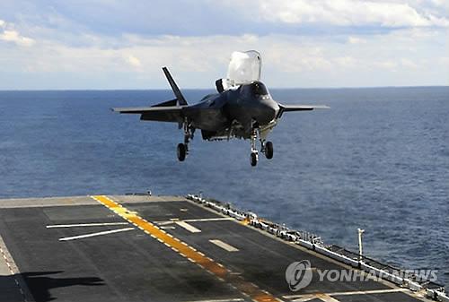 상륙함에 착륙하는 미 해병대의 F-35B 스텔기[미 국방부 제공]