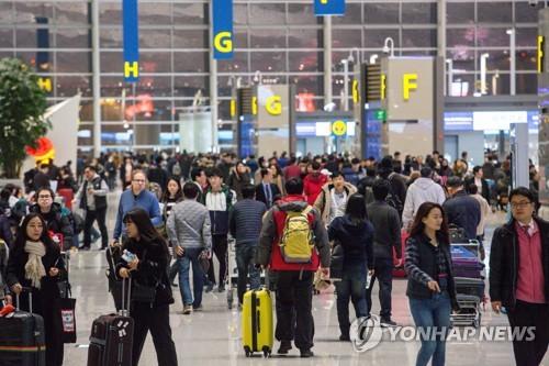 인천공항 제2터미널에서 출국 준비하는 사람들 [연합뉴스 자료사진]