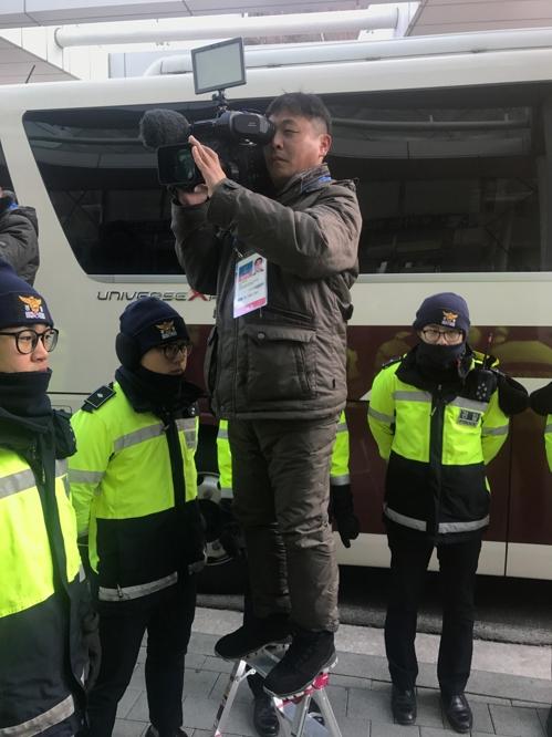 북한 응원단 나들잇길을 취재하는 북한 기자단.