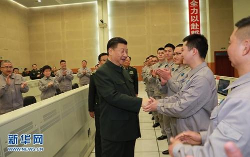 중국 쓰촨성 시창 위성발사센터 직원들과 악수하는 시진핑 주석.[신화사]
