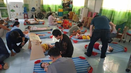 단원들이 장애 아동 시설을 찾아가 장애우들과 놀아주고 있다.