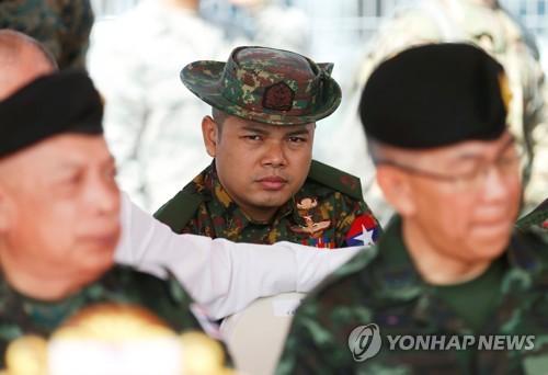 옵서버로 참석한 미얀마군(가운데) [로이터=연합뉴스]