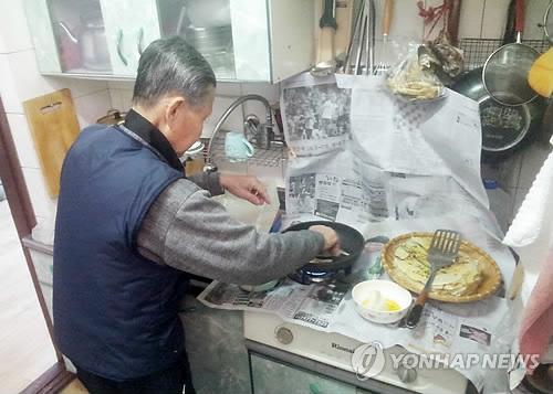 음식 만드는 홀몸노인 [연합뉴스 자료사진]