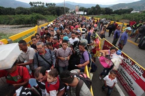 콜롬비아 국경을 넘는 베네수엘라인들 [브라질 일간지 폴랴 지 상파울루]