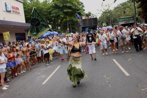 리우 시에서 벌어진 카니발 거리 축제 퍼레이드 [브라질 일간지 폴랴 지 상파울루]