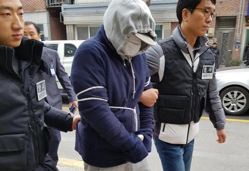 친구 어머니 살해 30대 현장검증 [연합뉴스 자료사진]