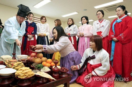 차례상 배우는 다문화가정 아내들 [연합뉴스 자료사진]