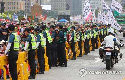 집회현장 질서 유지하는 의무경찰 [연합뉴스 자료사진]