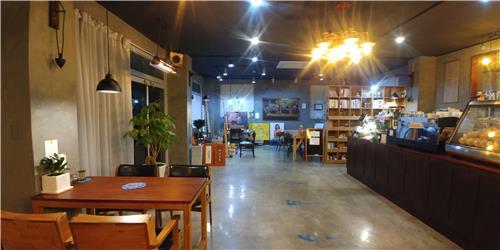 김초롱씨가 운영하는 작업실이 있는 커피숍