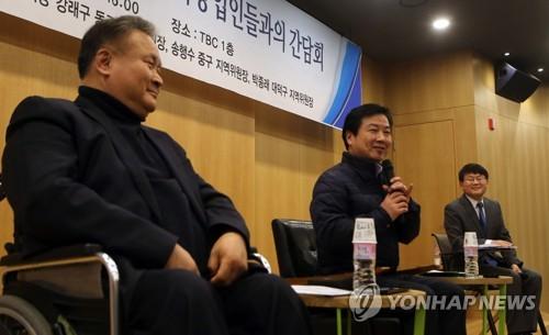 벤처기업인과 대화하는 홍종학 장관