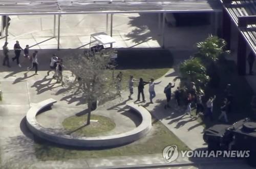 총격 사건이 벌어진 미 플로리다주 고교서 대피하는 학생들 [AP=연합뉴스]