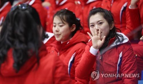 [올림픽] 취재진 향해 손흔드는 북한 응원단