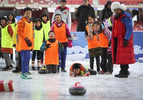 베이징 국립경기장에서 컬링을 즐기는 중국 초등학생들
