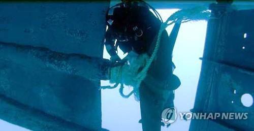 해상 표류 어선 구조하는 동해해경[연합뉴스 자료사진]