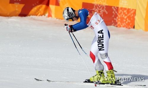 [올림픽] 관중석 향해 인사하는 알파인 김동우