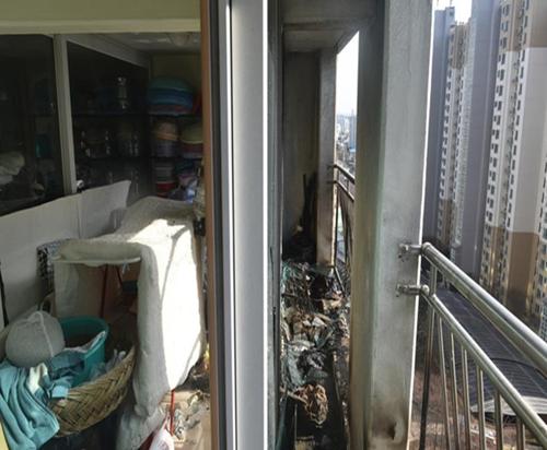 """""""누군가 던진 담배꽁초에…"""" 아파트 14층 베란다 불"""