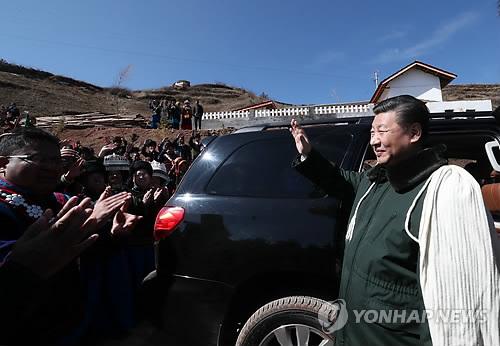 흰색 망토 입고 빈곤지역 찾은 시진핑