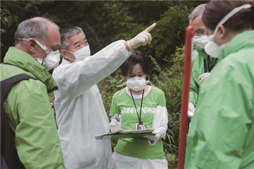 후쿠시마 원전 주변 마을 조사하는 그린피스 조사팀