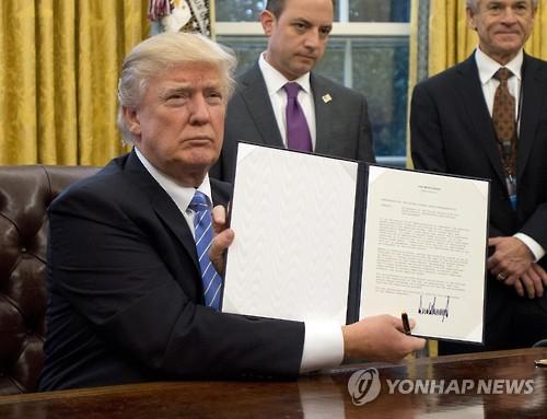 트럼프 'TPP탈퇴' 행정명령 서명[EPA=연합뉴스 자료사진]