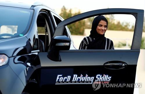 운전교습받는 사우디 여성 [로이터=연합뉴스자료사진]