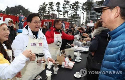 바닷가의 짙은 커피향[연합뉴스 자료사진]