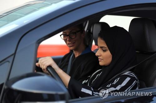 운전 교습받는 사우디 여성[AFP=연합뉴스자료사진]