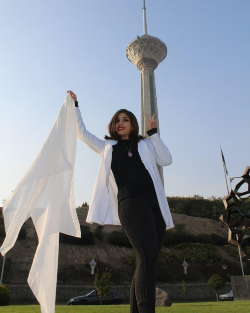 히잡 반대 운동에 참여한 이란 여성[트위터]