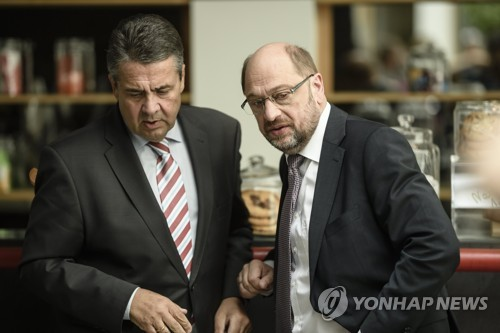 가브리엘 장관(왼쪽)과 슐츠 전 대표 [EPA=연합뉴스]