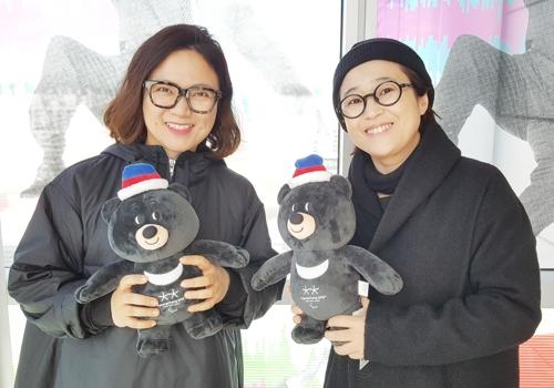 패럴림픽 마스코트인 반다비를 들고 포즈를 취한 김숙(왼쪽)과 송은이.