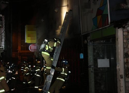 화재 진압하는 소방대원