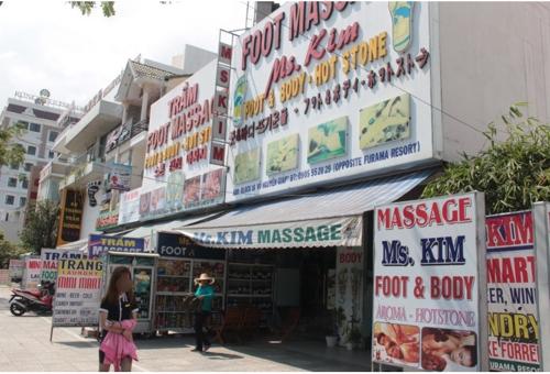 외국어 간판이 범람하는 베트남 다낭의 한 거리 [뚜오이쩨 홈페이지 캡처]