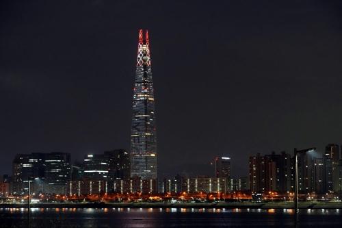 LED 성화 점등한 롯데월드타워 [롯데 제공]