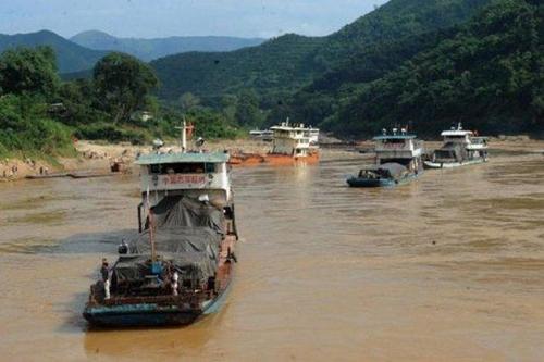 태국 북부 치앙라이의 메콩강에서 운항하는 화물선들[사진출처 방콕포스트 홈페이지