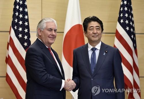 렉스 틸러슨 미 국무장관과 아베 신조 일본 총리 자료사진