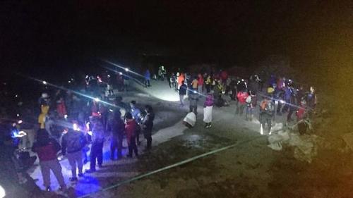지진에 긴급 하산하려는 등산객들