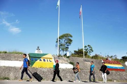 브라질-베네수엘라 국경을 넘는 베네수엘라 주민들 [브라질 뉴스포털 G1]