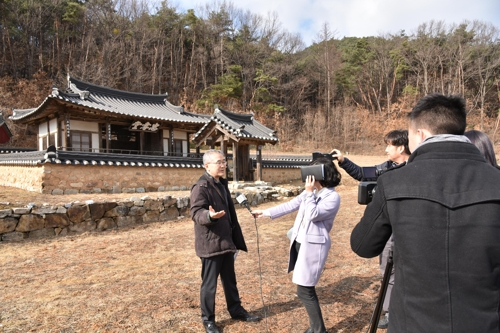 충효당 취재하는 베트남 하노이 TV [봉화군청 제공=연합뉴스]