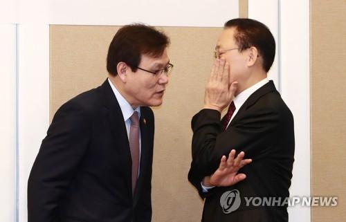 최종구 금융위원장(왼쪽)과 최흥식 금융감독원장(오른쪽)