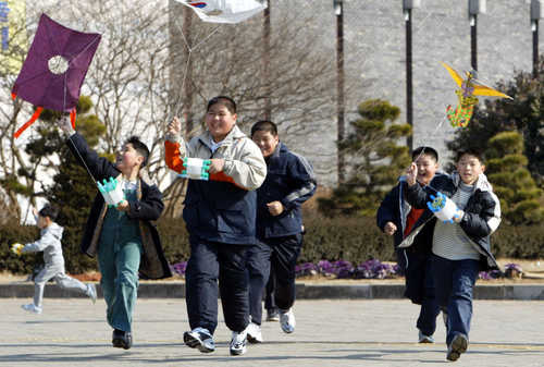 광주시립민속박물관에서 연날리기 하는 아이들[연합뉴스 자료]