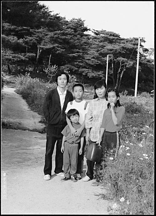 한승원 작가의 가족사진. 맨 오른쪽이 딸 한강이다.