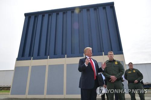국경장벽 시제품 둘러보는 트럼프 대통령