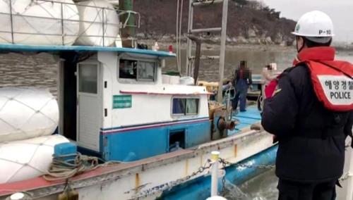 해경에 구조된 표류 어선 [인천해양경찰서 제공=연합뉴스]