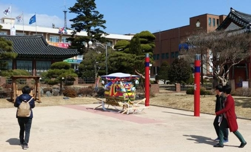 서산시청 앞 시민공원에 놓여있는 상여