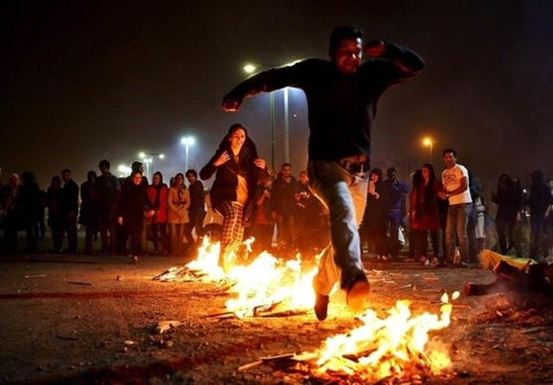 이란 시민들이 차하르 삼베 수리를 맞아 모닥불을 뛰어넘고 있다[타스님뉴스]