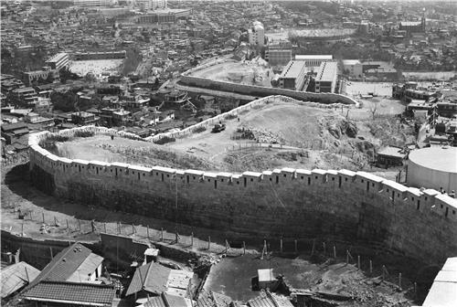 성북지구 한양도성 성곽 복원 (1978년)